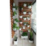 طبقه چوبی نگهداری گلدان در تراس یک خانه